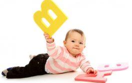 چگونه می توانیم به رشد تکلم کودک کمک کنیم؟