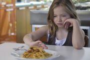 وقتی کودکتان غذا را پس می زند، چه عکس العملی باید نشان دهید؟