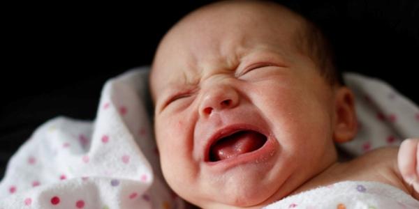 چرا نوزاد گریه می کند؛ چه باید کرد؟